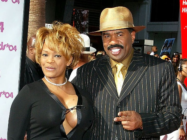Mary Lee Harvey with her husband Steve Harvey in a show