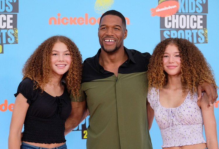 Michael Strahan with his twin daughters.