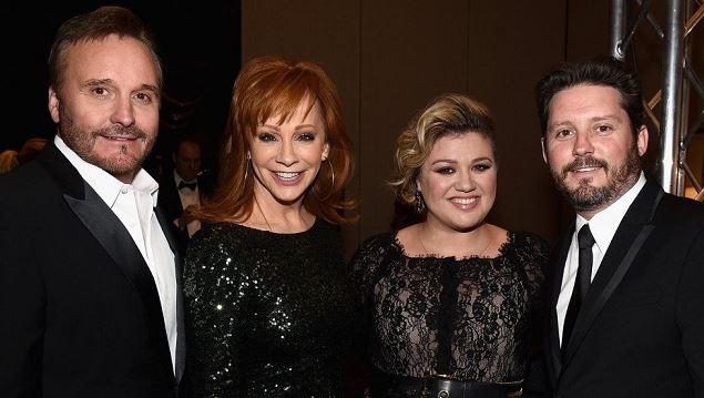 Family of Shawna Blackstock Narvel, Brandon, Reba and Kelly Clarkson in an award ceremony